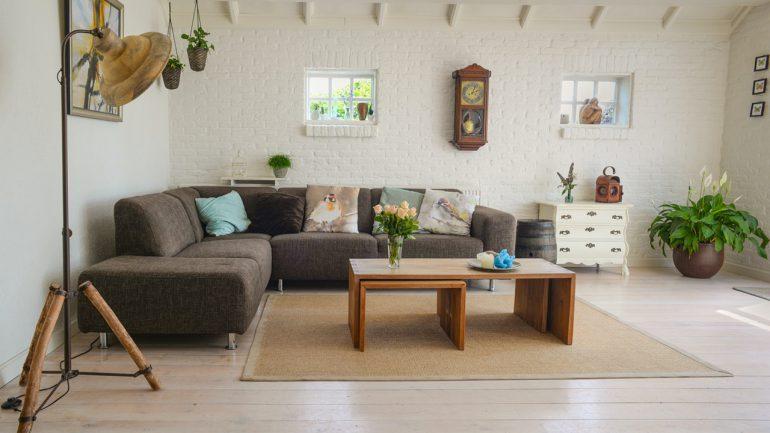 lampy podłogowe w salonie